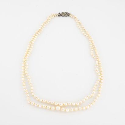 Collier formé de deux rangs de perles de...