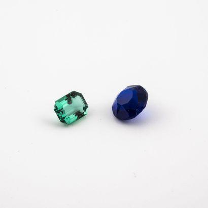 Lot de deux pierres sur papier :  - une émeraude...