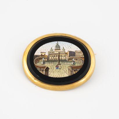 Broche ovale à monture en or jaune (750)...