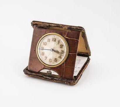 Pendulette de voyage réveil d'officier 8 jours.  Cadran à fond argenté, index chiffres...