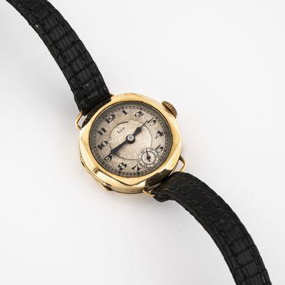 LIP Montre bracelet de dame.  Boîtier rond en or jaune (750).  Cadran à fond crème,...