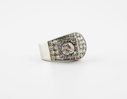 Importante bague ceinture en platine (850)...