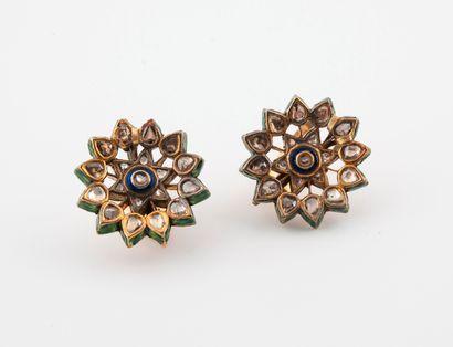 - Paire de clips d'oreilles en or jaune (750) ajouré en forme d'étoile à décor floral...