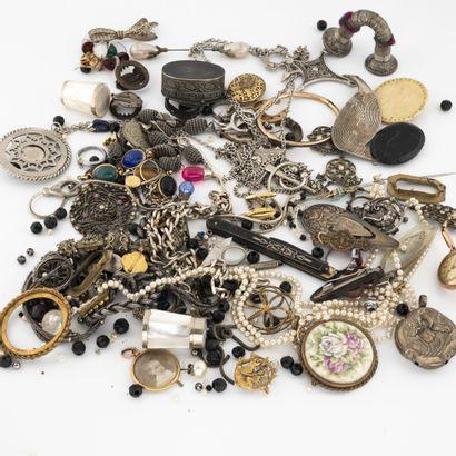 Lot de bijoux de fantaisie en métal...  ...