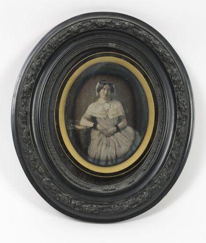 Portrait de jeune femme accoudée, les cheveux...