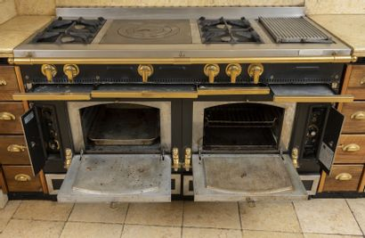 """LA CORNUE, France, 1999 - Piano de cuisine, modèle """"Le Château 150"""", à façades en..."""
