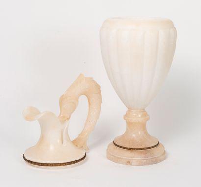 Deux pièces de forme en albâtre blanc, du XXème siècle :  - une aiguière en balustre...