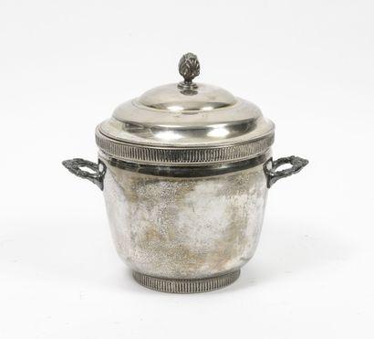 Lot de métal argenté : - Une paire de bouts de table à fût central et bouquet de...