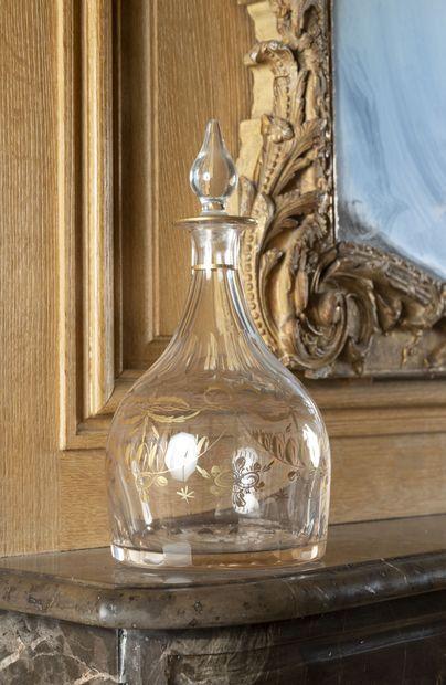 Flacon à vin en verre incolore et décor doré....