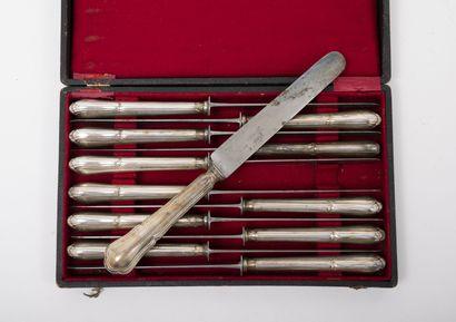 Douze couteaux de table, manches en métal argenté bourré, modèle trilobé à filets,...