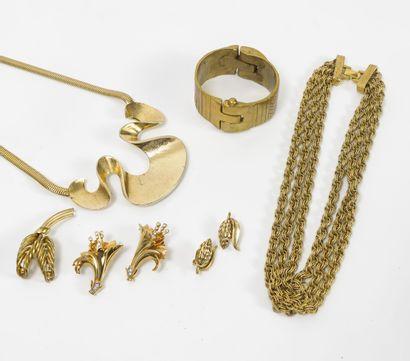 Lot de bijoux en métal doré dont MONET comprenant...