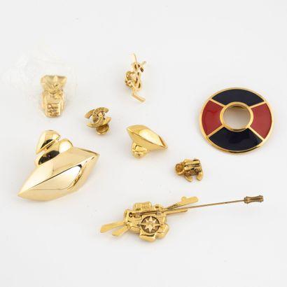 Lot de pin's et broches en métal doré, divers,...