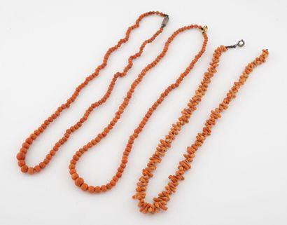 Trois petits colliers de perles facettées...