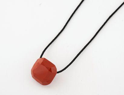 Pendentif en jaspe rouge facetté, percé,...