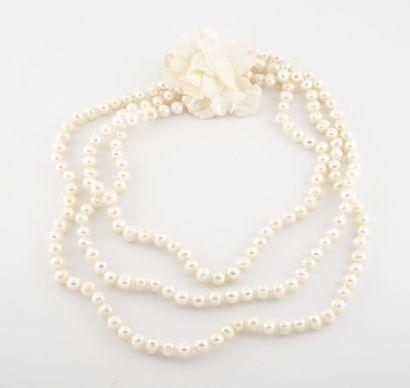 Grand collier à triple rangs de perles blanches...