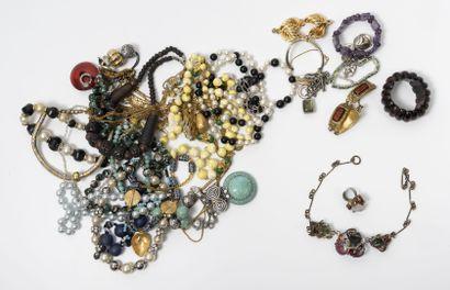 Lot de 18 colliers fantaisie.  ON JOINT :...