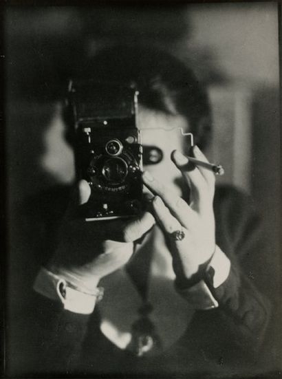GERMAINE KRULL (1897-1985) « Autoportrait ». n.d. [vers 1930]. Tirage moderne original,...