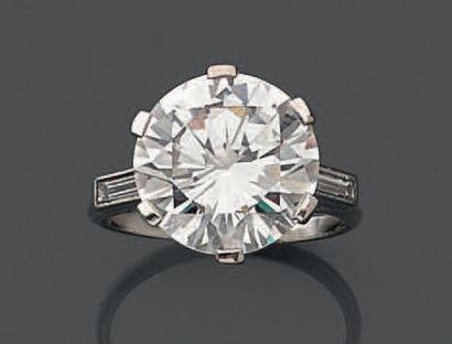 Diamant de taille brillant. Poids du diamant: 7,41 cts. H VS1. Il est accompagné...