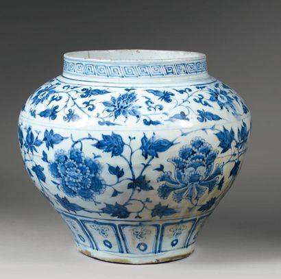 """Jarre """"GUAN"""" en porcelaine blanche décorée en bleu sous couverte de deux motifs..."""