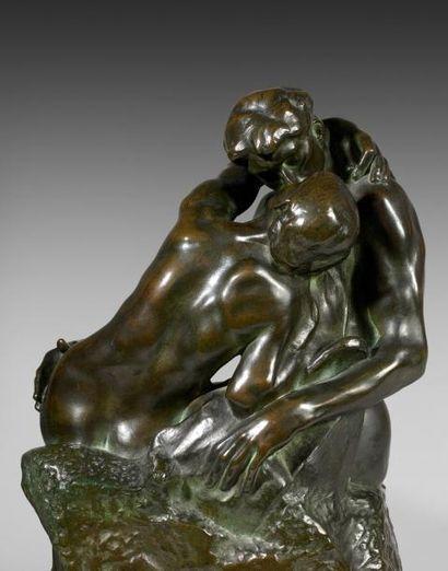 Auguste RODIN (1840-1917) Le Baiser, Réduction N° 3. Épreuve en bronze patiné, signée....