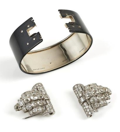 CARTIER Paris Bracelet manchette ouvert formé d'un large bandeau en or gris (750)...
