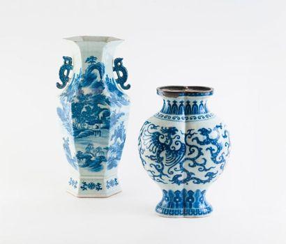 CHINE  Deux vases en porcelaine à décor blanc et bleu, du XXème siècle :  - Vase...