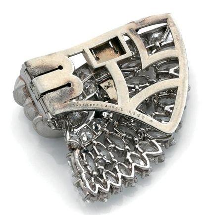 VAN CLEEF & ARPELS Élégant double clip en platine 850 millièmes, stylisant un éventail...