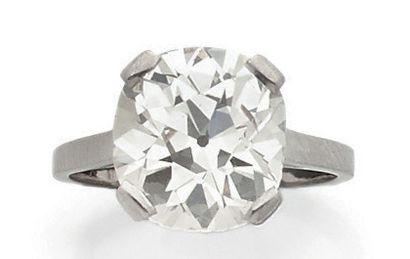 BOUCHERON Paris Bague solitaire en platine (850) ornée d'un diamant taille coussin...