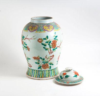 CHINE, XIXÈME SIÈCLE  Potiche et un couvercle en porcelaine blanche à décor polychrome...