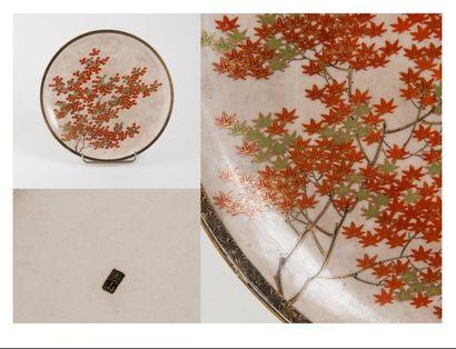 JAPON, Satsuma - Epoque MEIJI (1868 - 1912)  Plat en faïence à décor d'érable rouge,...