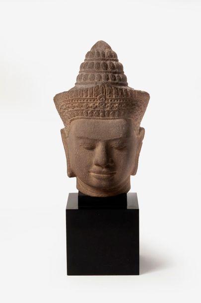 THAILANDE, Xxème siècle  Tête de Bouddha en grès gris sculpté.  Socle.  H. totale...