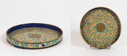 CHINE, Canton - XIXème siècle  Coupe circulaire en cuivre à décor en émaux peints...