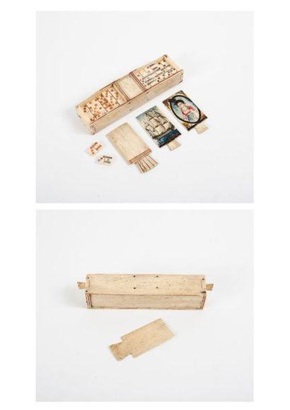 Boîte en os contenant un jeu de domino, à...