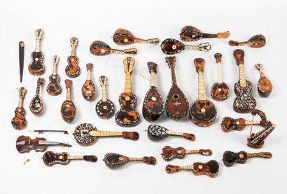 Ensemble de trente instruments miniatures...