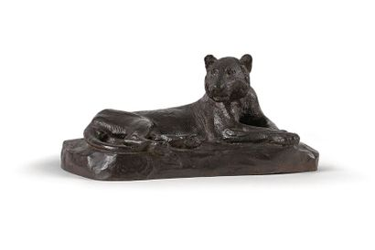 Roger GODCHAUX (1878-1958) Lionne couchée, circa 1930. Epreuve en bronze à patine...