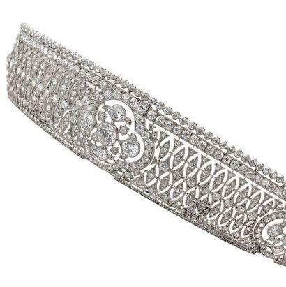Attribué à CARTIER Paris Elégant diadème en or gris (750) et platine (850) de forme...