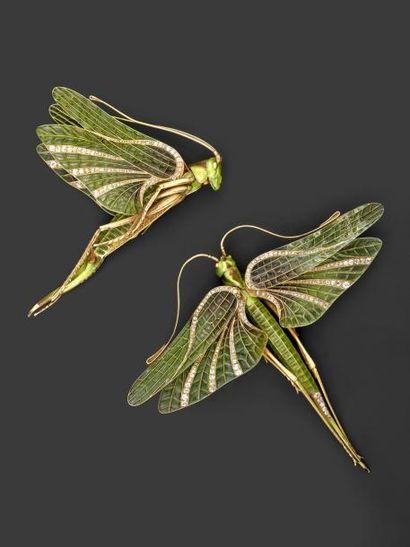 Ensemble comprenant deux sauterelles en or jaune gravé et émaillé, les ailes ornées...