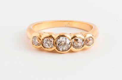 Bague en or jaune (750) ornée de cinq diamants...