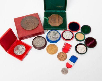 Deux médailles en bronze patiné ou argenté....