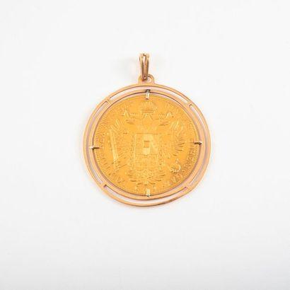 Pendentif en or jaune (750) retenant une...