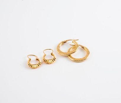 Deux paires de créoles en or jaune (750)....