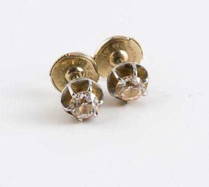 Paire de clous d'oreilles en or gris (750)...