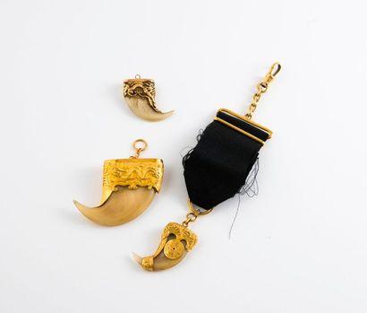 Trois pendentifs formés de griffes, deux...