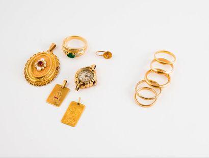 Lot en or jaune (750) comprenant :  - 5 alliances...
