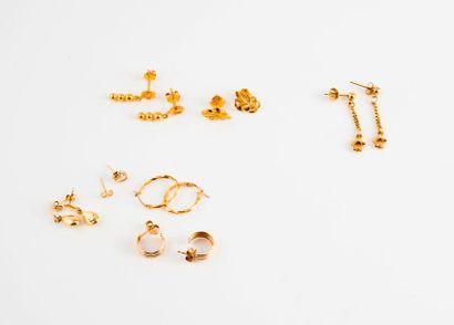 Quatre paire de boucles d'oreilles en or...