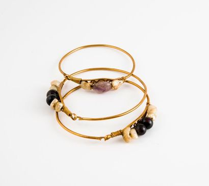 Trois fins bracelets jonc ouvrant en or jaune...