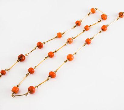 Long collier en or jaune (750) orné de perles...