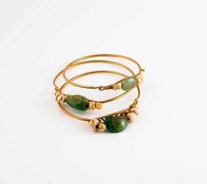 Trois fins bracelets jonc en or jaune (750)...