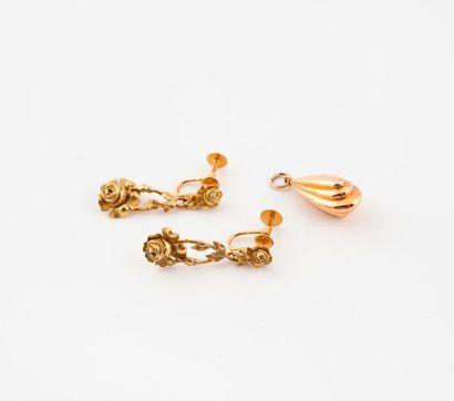 Lot comprenant :  - Paire de pendants d'oreille...