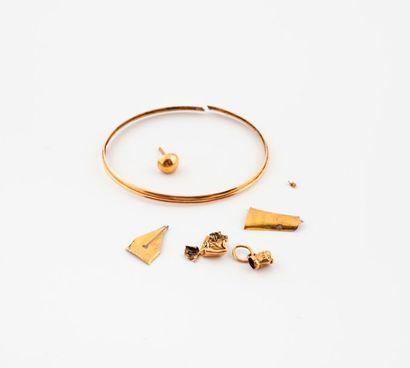 Lot de débris or.  Poids total : 2,4 g.